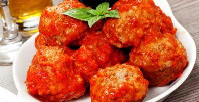 Tortas de pollo y salsa roja